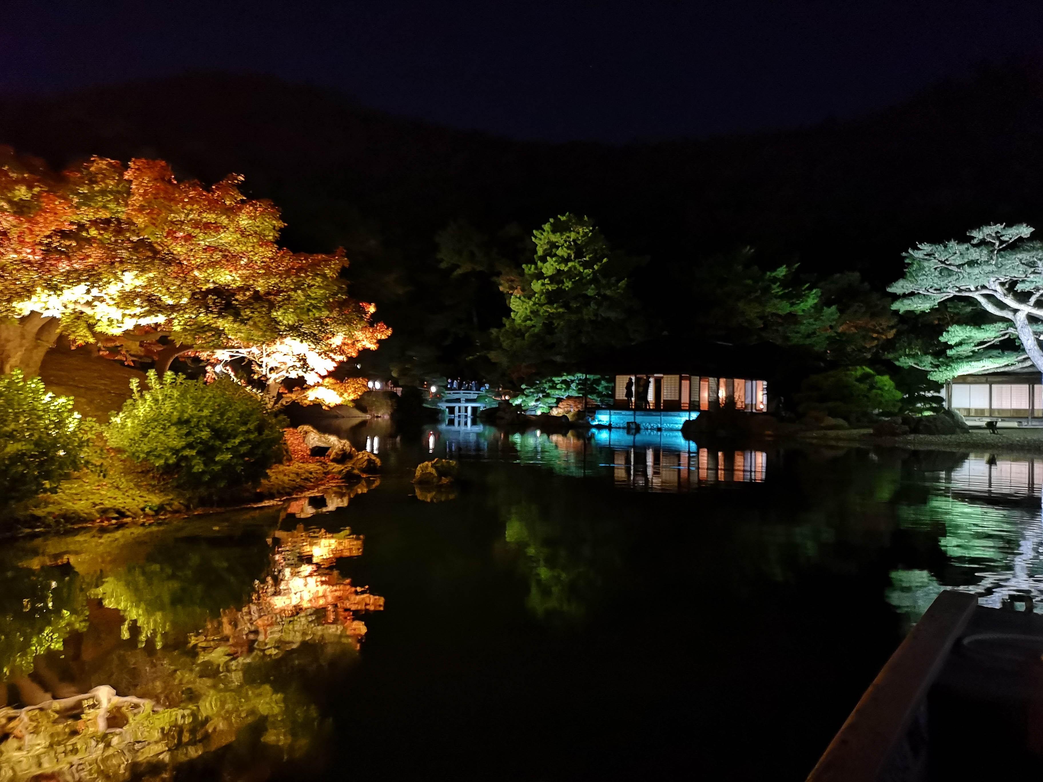栗林公園秋のライトアップ夜の和船