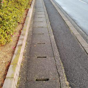 歩道横の側溝が怖い